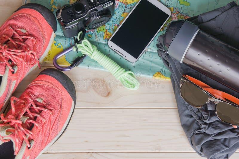 旅行辅助部件顶视图一次山旅行的在老木背景 库存照片