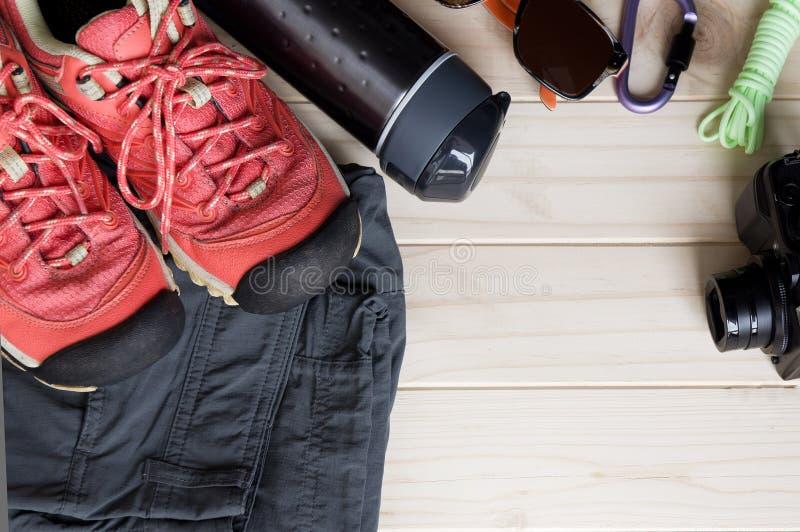 旅行辅助部件顶视图一次山旅行的在老木背景 免版税库存图片