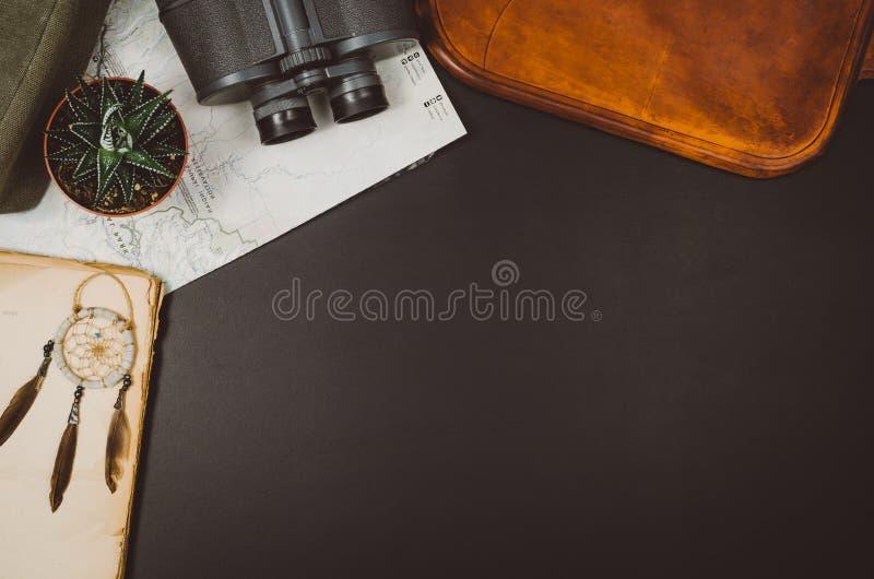 旅行辅助部件顶视图黑色与拷贝空间的黑板背景 库存图片