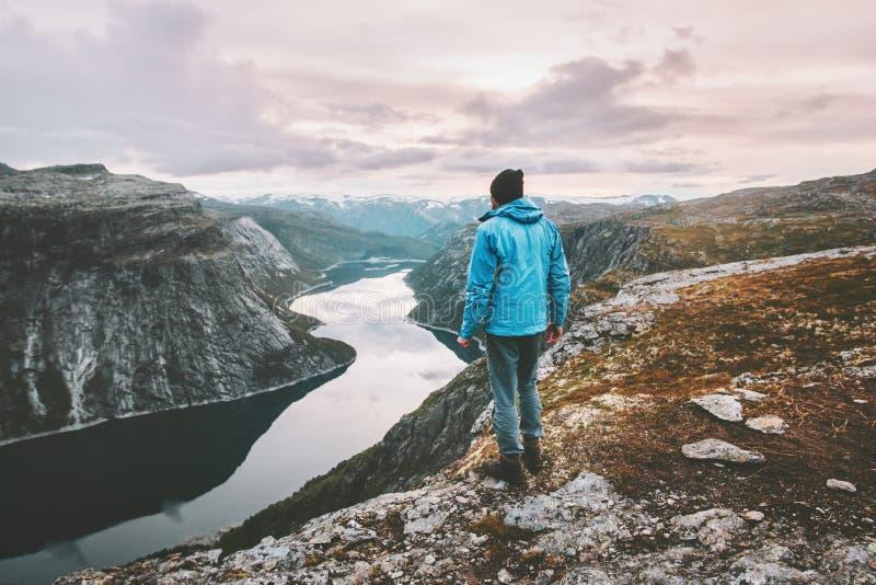 旅行远足者的人单独走在日落山 库存照片