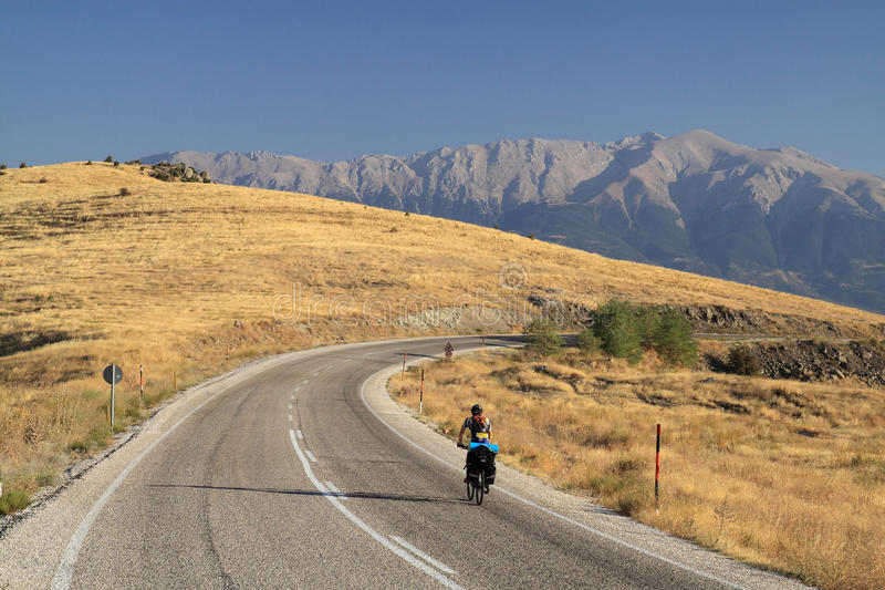 旅行通过在自行车的山 免版税库存照片