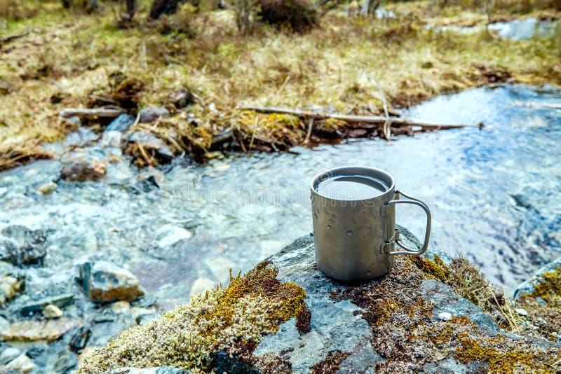 旅行钛杯子 免版税库存照片