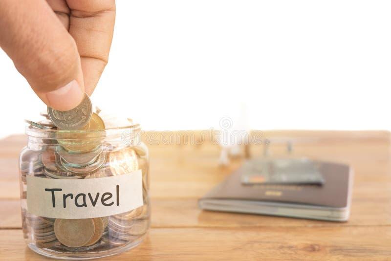 旅行预算概念 旅行金钱储款概念 收在金钱瓶子的金钱旅行的 有硬币的,飞机金钱瓶子 免版税库存图片