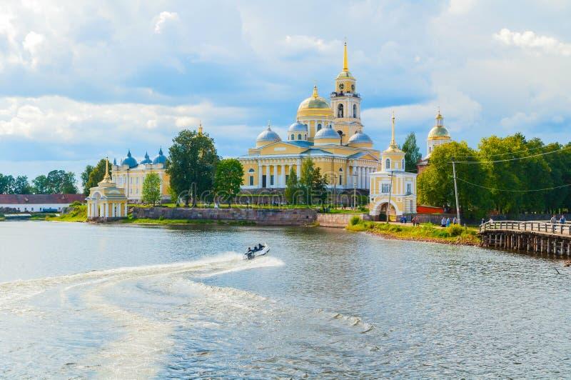旅行风景 尼罗Stolobensky修道院在特维尔州地区和Seliger湖,特维尔州,俄罗斯-夏天旅行场面 免版税库存图片