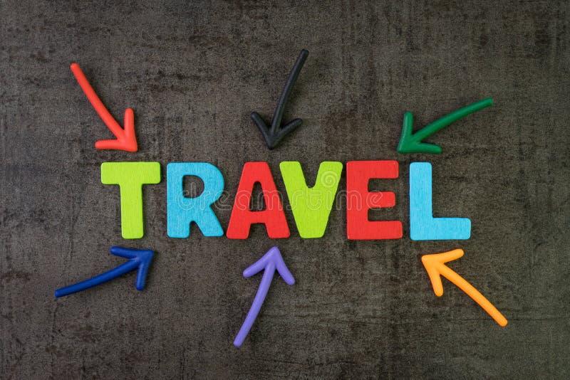 旅行,旅游业概念,指向词旅行的五颜六色的箭头在黑黑板墙壁的中心,人的新的趋向 库存例证