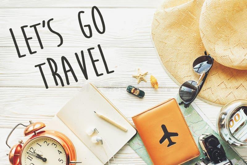 旅行 让` s去旅行文本标志概念,旅行癖地图camer 免版税库存照片