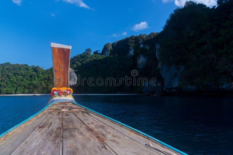旅途向在一个热带海岛上的海洋 长尾巴小船旅行 r ?? 岩石有沙滩的山海岛 库存照片