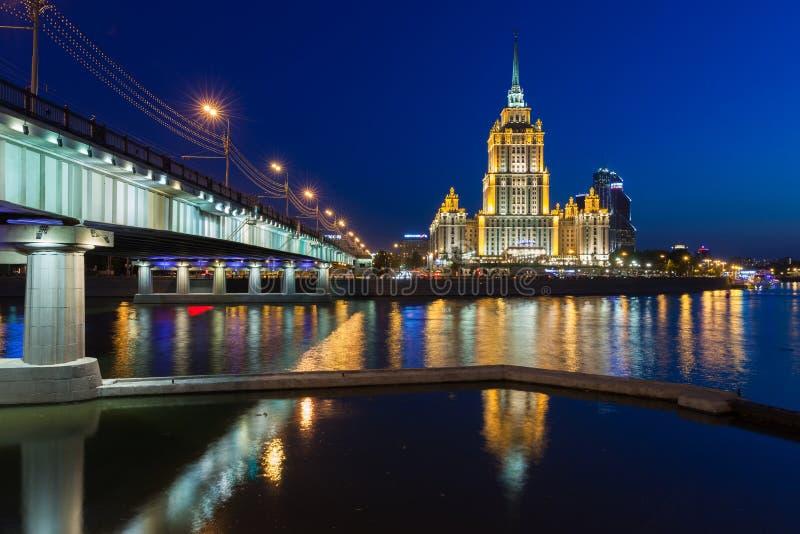 旅馆乌克兰纳,在黄昏的七个姐妹大厦之一,莫斯科 库存照片