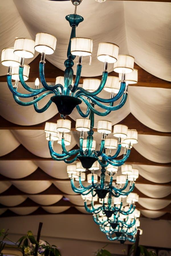 旅馆内部的现代蓝色玻璃枝形吊灯 免版税库存照片