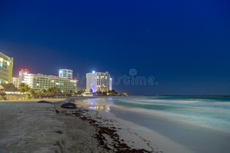 旅馆区域在晚上,海视图,坎昆,金塔纳罗奥州,墨西哥 库存图片