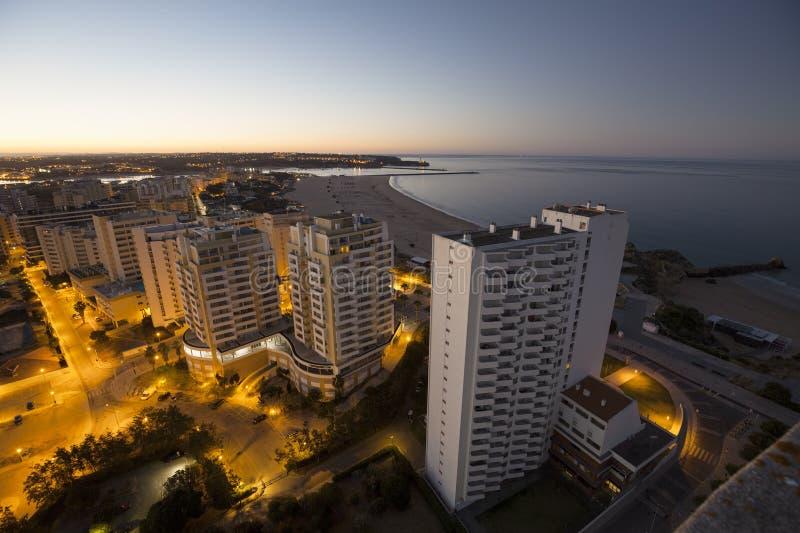 旅馆和海滩在海洋的银行在日出期间 库存图片