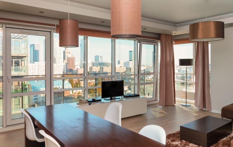 旅馆在一座高层建筑物的公寓内部 免版税库存图片