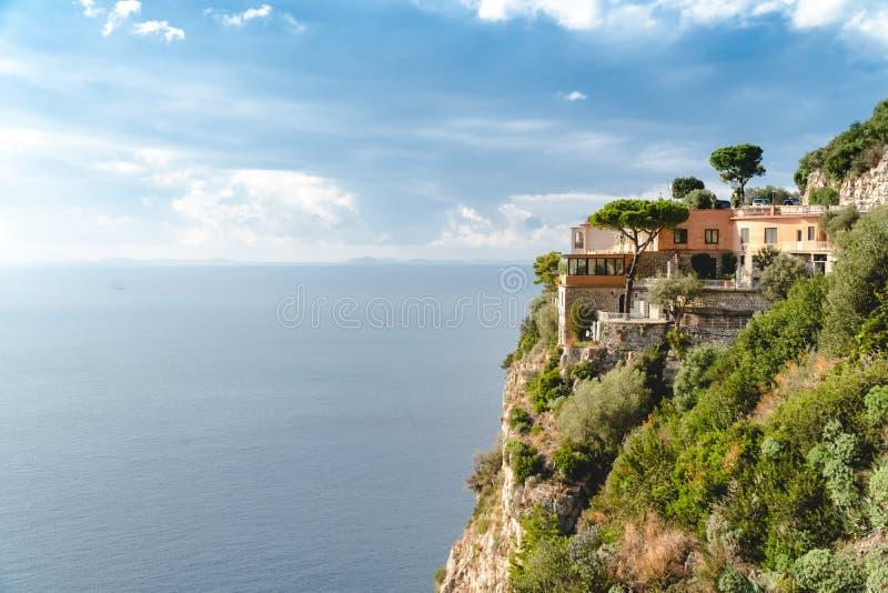 旅馆在天堂,在岩石海湾的美好的全景在好日子,旅行向欧洲,假期旅行游览,山旅馆 免版税图库摄影
