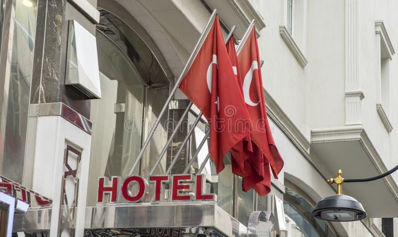 旅馆在有许多土耳其旗子的伊斯坦布尔 免版税库存图片