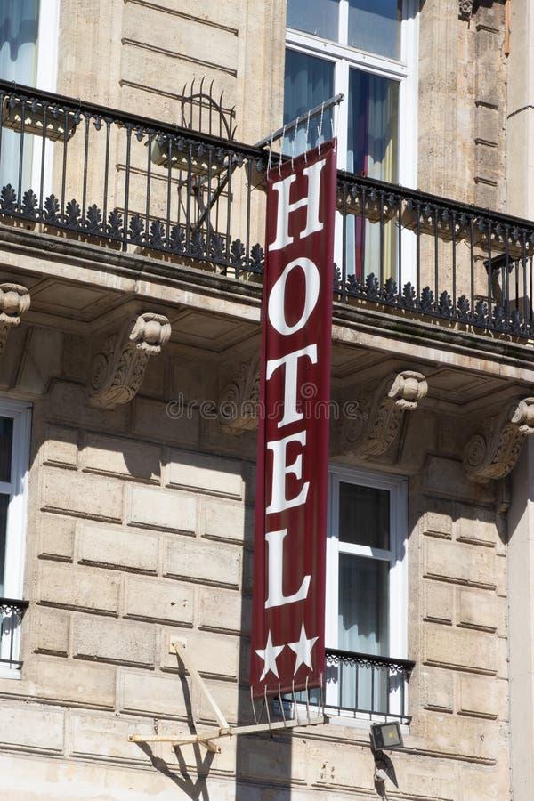 旅馆在舒适适应入口的标志路在欧洲城市 库存照片