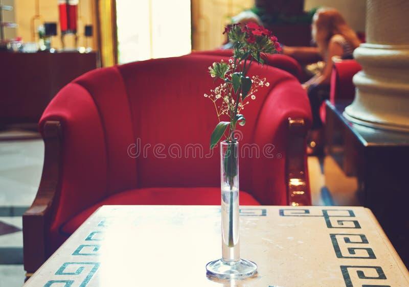 旅馆大厅与红色扶手椅子和小桌的休息室内部 免版税库存照片