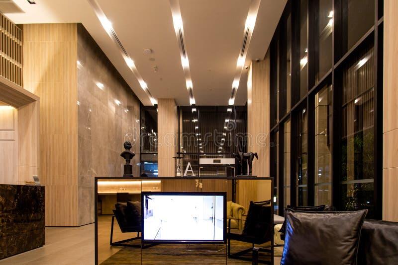 旅馆大厅内部 现代豪华大厦的当代发光的大厅 E 被设色的玻璃和镜象反射 免版税库存照片