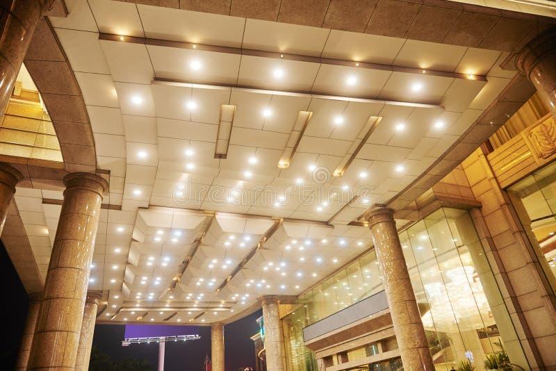 旅馆大厅天花板带领了照明设备 免版税库存图片
