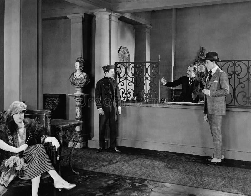 旅馆大厅的人们(所有人被描述不更长生存,并且庄园不存在 供应商保单将没有 免版税库存照片