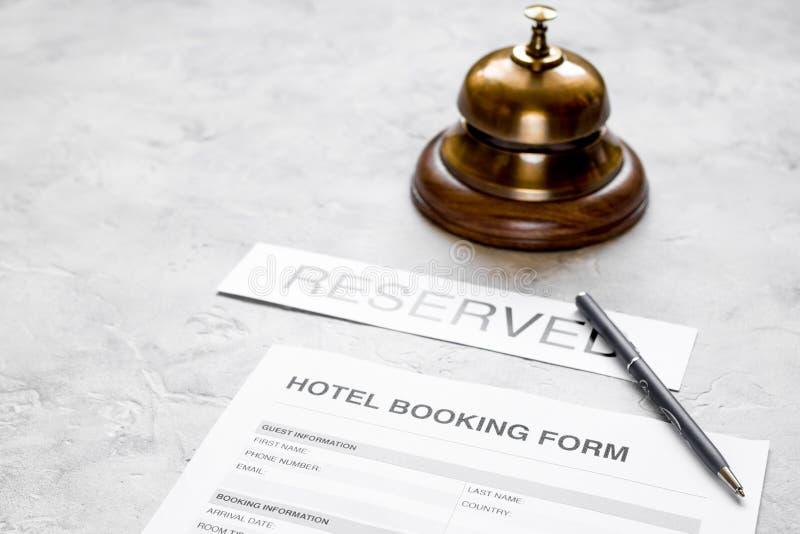旅馆客房保留、笔和圆环石背景的预约表格 图库摄影