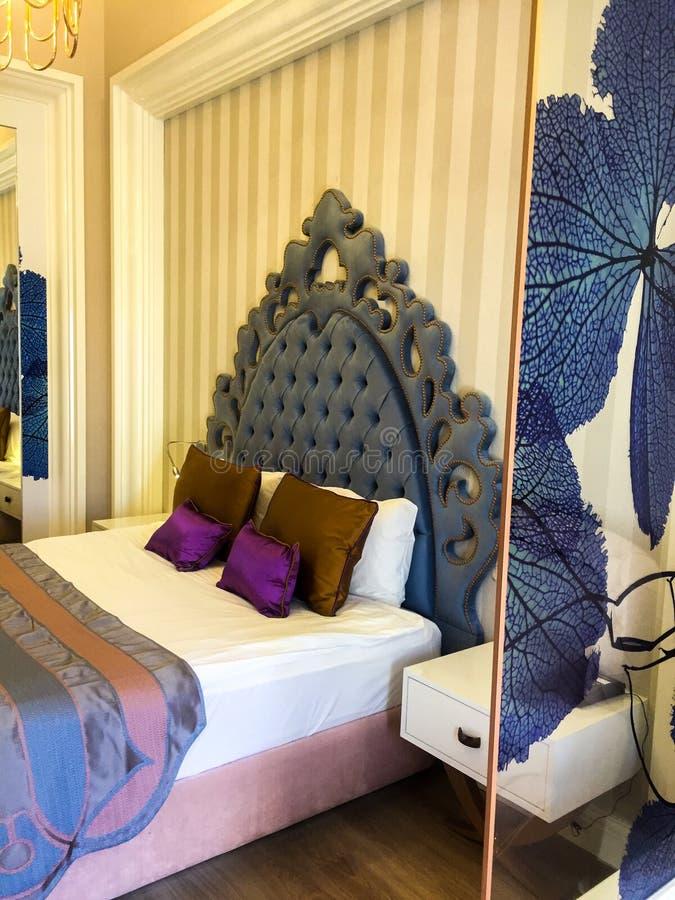 旅馆客房床 免版税库存图片
