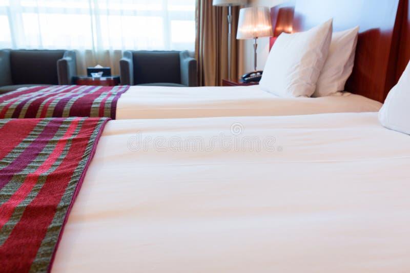 旅馆客房床 图库摄影