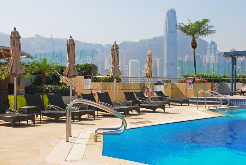 旅馆屋顶与deckchair的游泳池 库存图片