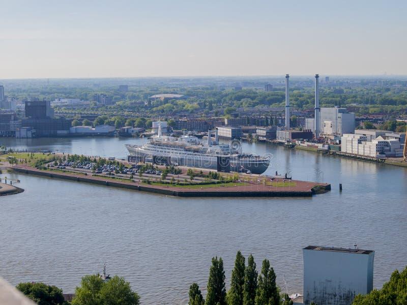 旅馆巡航的美好的鸟瞰图在鹿特丹  免版税库存照片