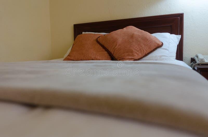 旅馆床 免版税图库摄影