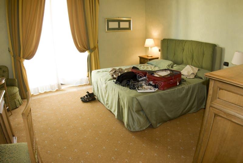 旅馆开放手提箱套件 库存照片