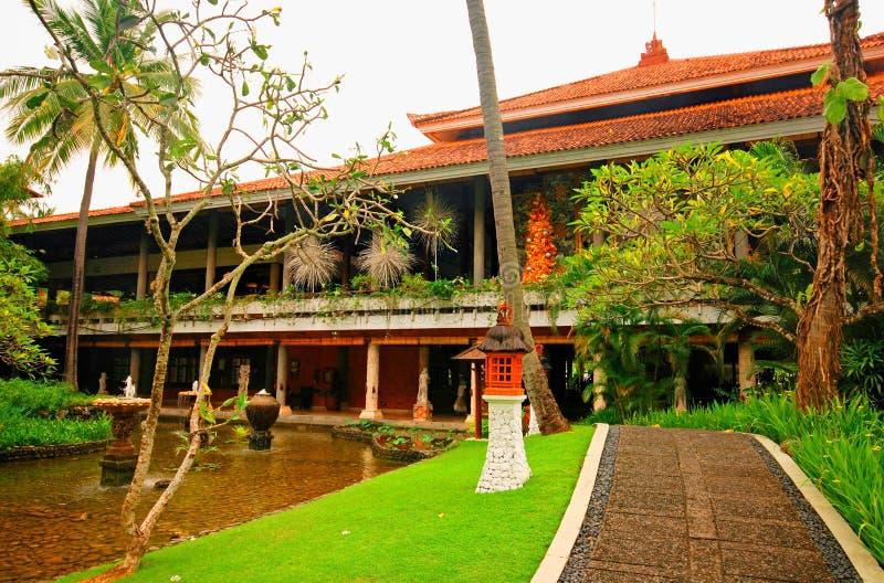 旅馆手段在热带庭院(巴厘岛,印度尼西亚)里 免版税库存照片