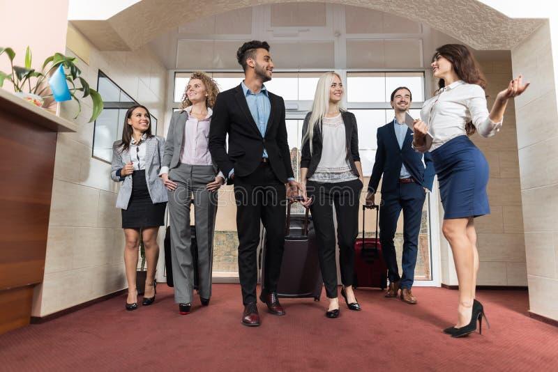 旅馆接待员会议在大厅的商人小组 免版税库存照片