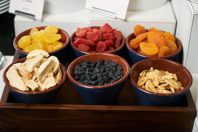 旅馆早晨早餐自助餐与玉米片的食物集合 免版税图库摄影