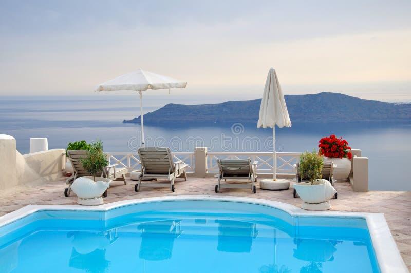 旅馆有在圣托里尼的海视图 免版税库存照片