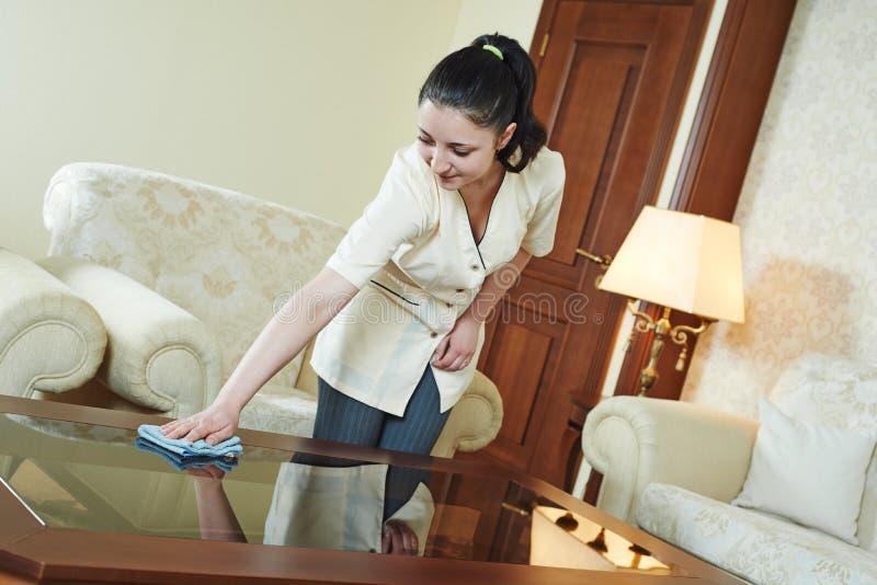 旅馆服务的女服务生 免版税图库摄影