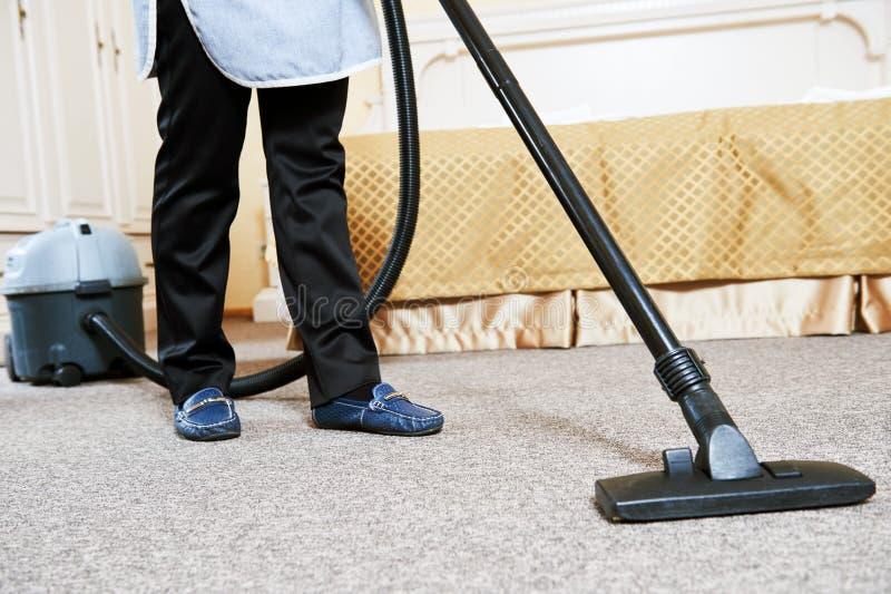 旅馆服务 有吸尘器的女性家务工作者 免版税图库摄影