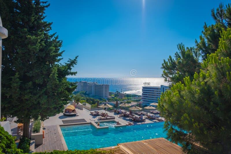 旅馆水池和海的看法 免版税库存图片