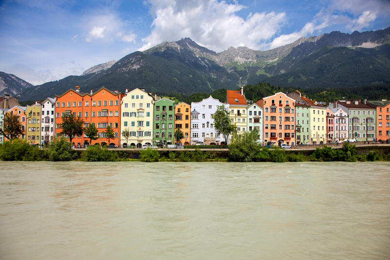 旅馆河和五颜六色的老大厦从因斯布鲁克,奥地利 免版税库存照片