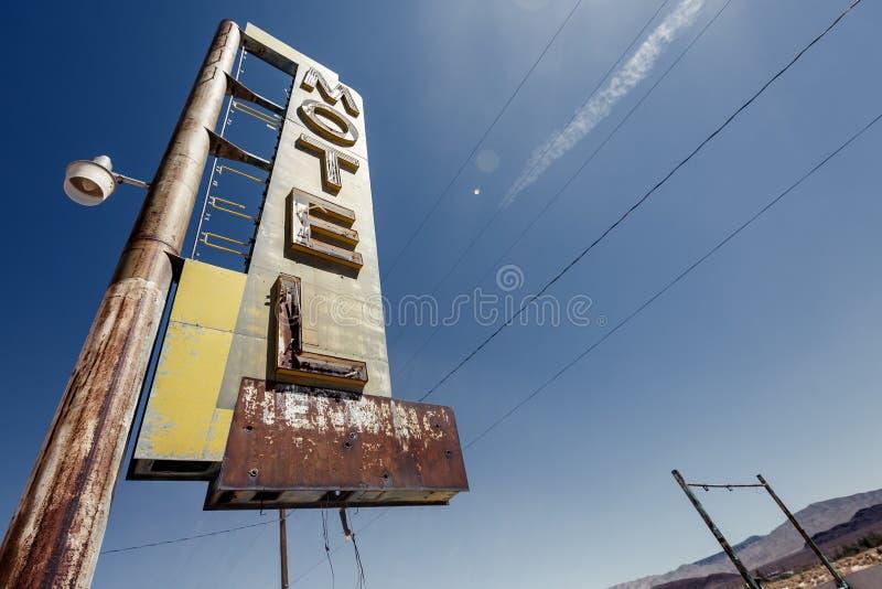 旅馆沿历史的路线66的标志废墟 免版税库存照片