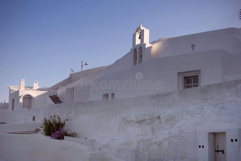旅馆的白色墙壁在圣托里尼希腊海岛上的  海岛的传统建筑学 破火山口 免版税库存图片