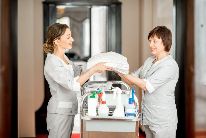 旅馆走廊的女服务生 库存照片