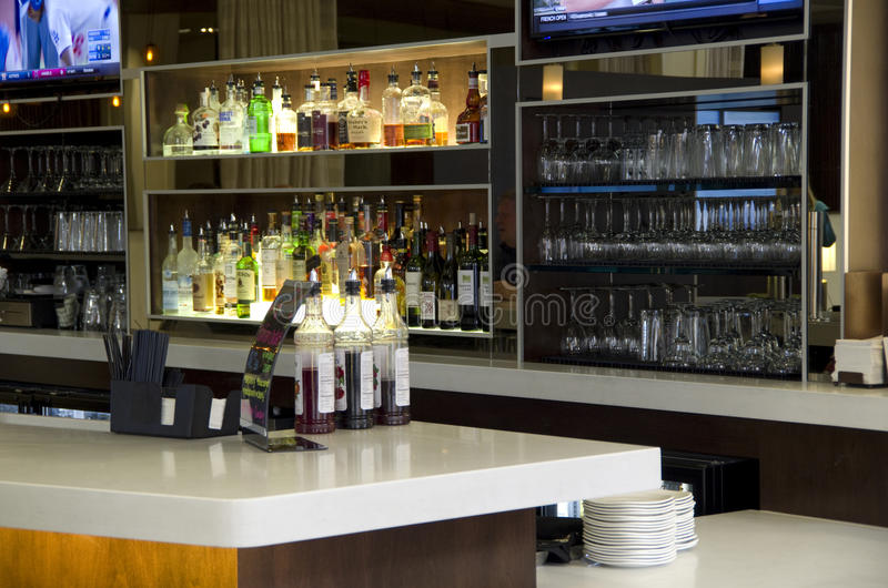 旅馆酒吧柜台 免版税图库摄影