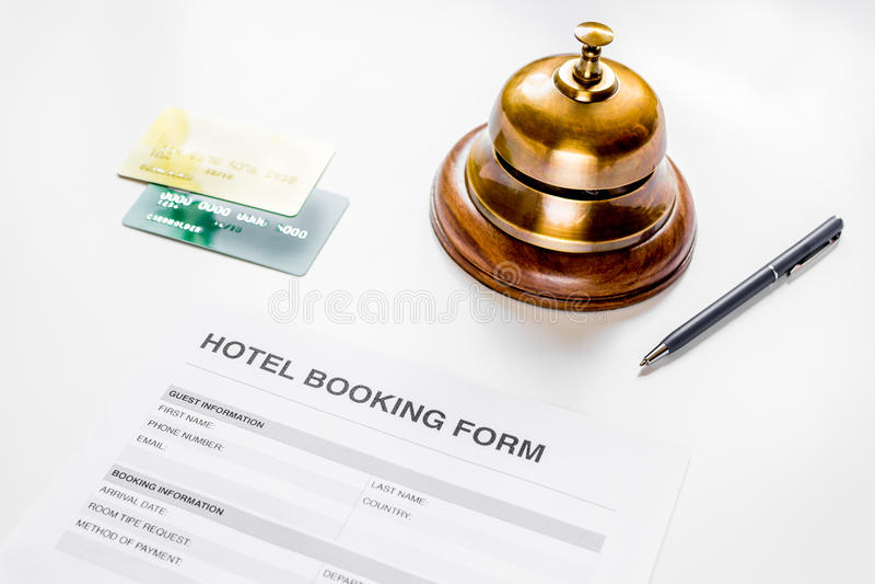 旅馆预订空白和圆环在白色背景 免版税库存图片
