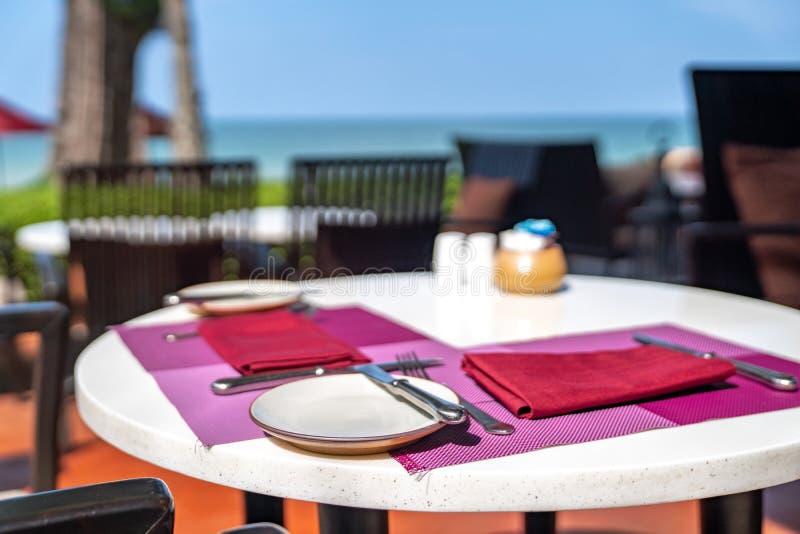 旅馆餐馆午餐设置了室外在海滩,Thaiiland旁边 免版税库存图片