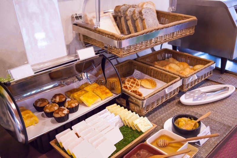 旅馆餐馆承办的服务健康早晨膳食,与面包店分类的美国早餐自助餐安排在bambo 免版税库存图片