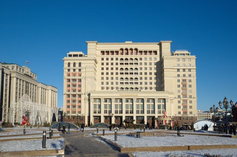 旅馆`四个季节`和杜马在新年假日,莫斯科,俄罗斯的大厦 免版税库存照片