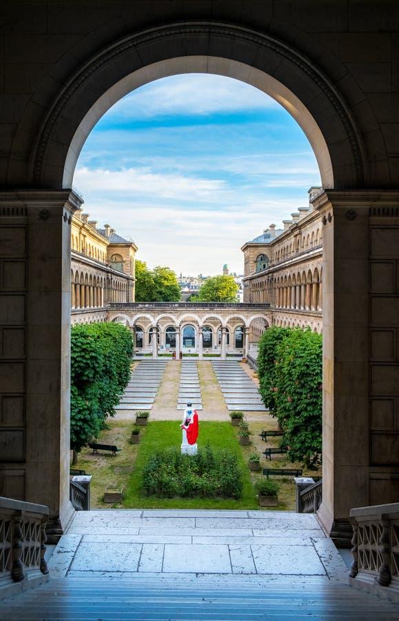 旅馆Dieu的庭院艺术性的视图在Notre Dame附近的巴黎 免版税库存图片