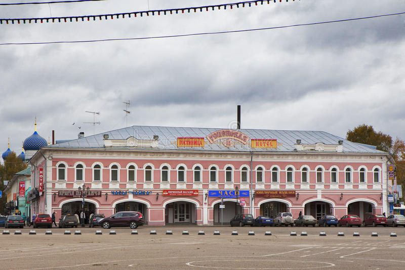 旅馆Uspenskaya (前商业行大厦)在Uglich,俄罗斯老俄国镇  库存照片