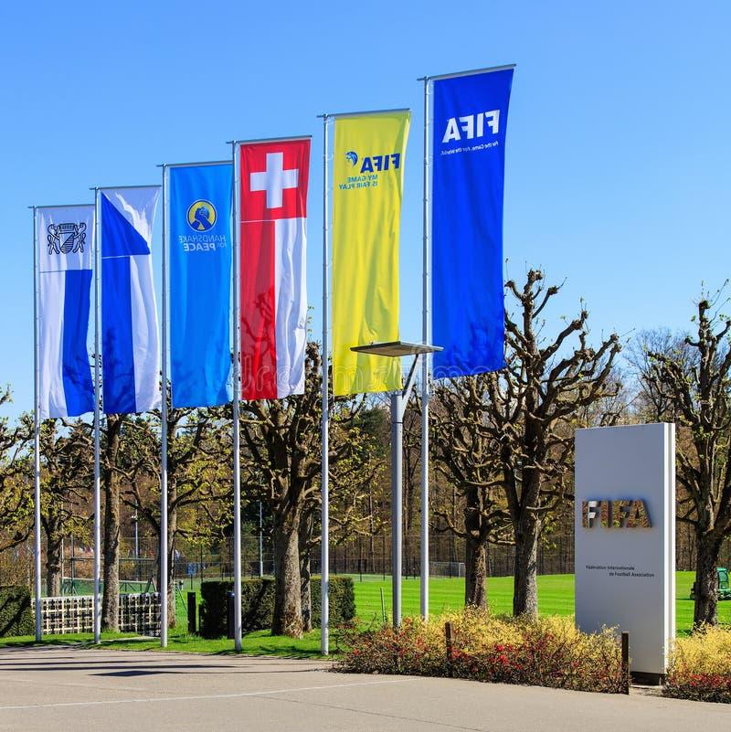 旗子和一个石碑在入口对国际足球联合会总部在瑞士苏黎士 免版税图库摄影
