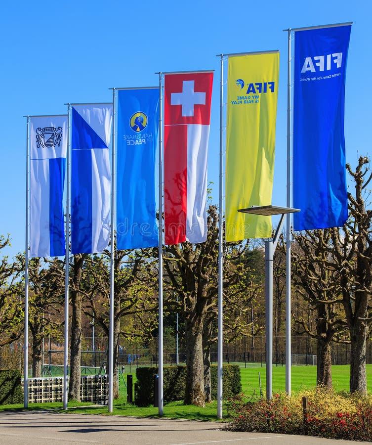 旗子和一个石碑在入口对国际足球联合会总部在苏黎世 库存照片
